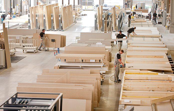 Der Holz-Fertigbau ist eine Symbiose aus traditionellem Holzbau und industrieller Fertigung. (Foto: FingerHaus)