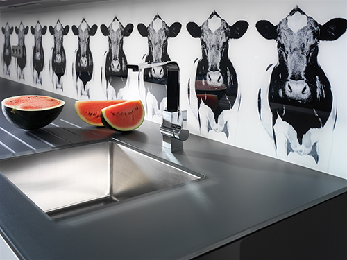 Spezielle Drucktechniken oder rückseitige Farblackierungen machen Glasarbeitsplatten zu einem favorisierten Werkstoff in der Küche.
