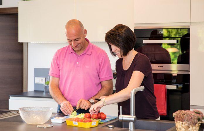 In einer modernen Küche fühlen sich Frauen und Männer wohl, egal ob einzeln oder gemeinsam.