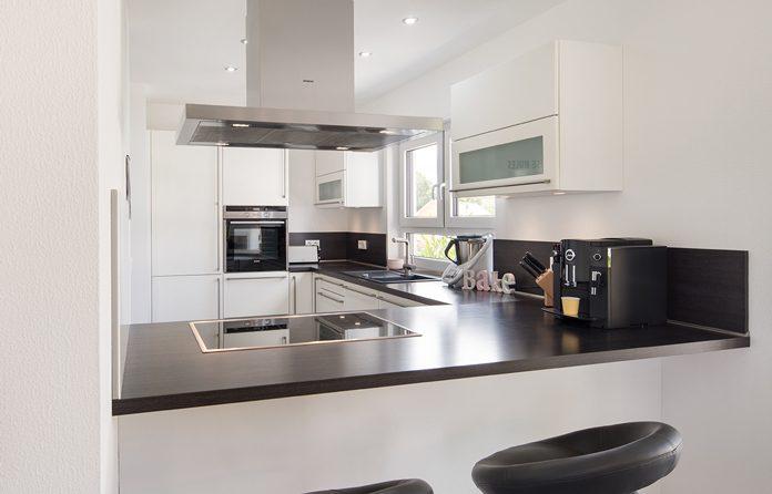 Viel Stauraum dank cleverer Anordnung der Küchenschränke. (Foto: FingerHaus)