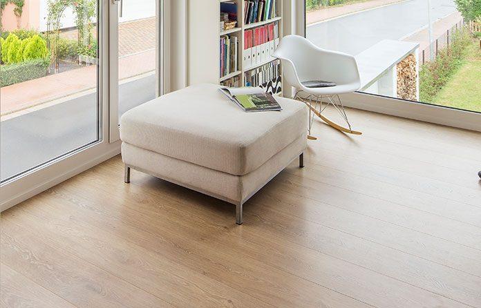 Parketthaut: Ein Parkettboden aus hellem Holz, versiegelt mit Lack oder Öl