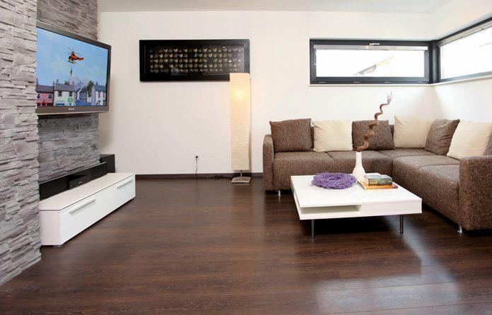 Ein schönes Kontrastspiel durch das dunkle Parkett und den hellen Möbeln. (Foto: FingerHaus)