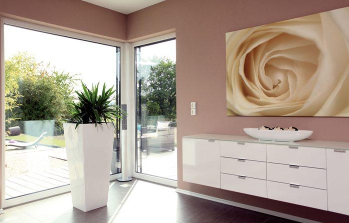 Die richtige Fensterwahl ist eine wichtige Entscheidung beim Hausbau (Foto: FingerHaus)