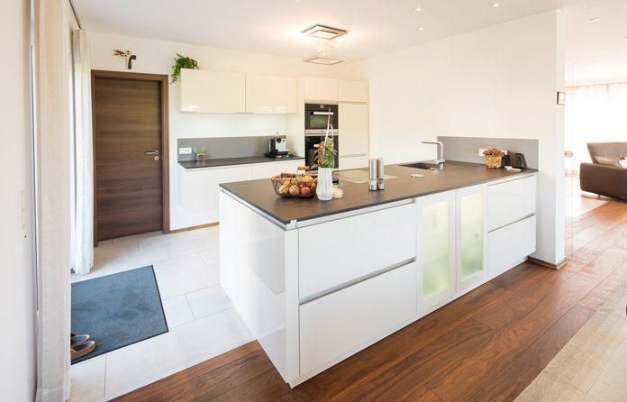 Ein farblich, hamonisches Zusammenspiel von Arbeitsplatten, Möbelfronten und Einbaugeräten ist in modernen Lifestyle-Küchen von besonderem Wert. (Foto: FingerHaus)