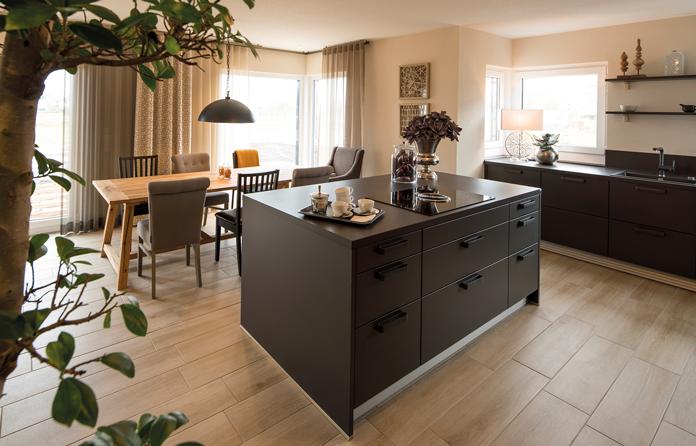 Die moderne Wohnküche ist offen und einladend. (Foto: FingerHaus)