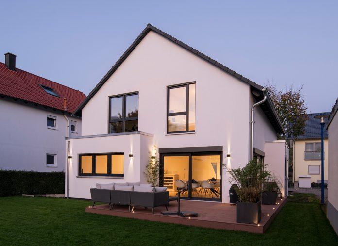 Rückansicht: Zum Garten hin lockert ein Erker die Fassade vom Einfamilienhaus auf. Darin befindet sich ein Teil des Wohnzimmers. (Foto: FingerHaus)