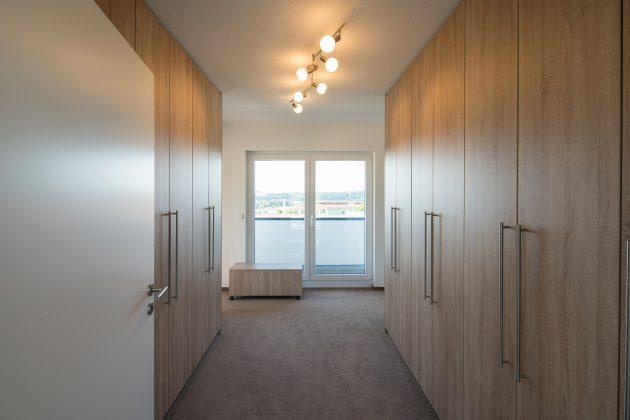 In den raumhohen Schränken im Ankleidezimmer ist Platz für alles, was Frau und Mann brauchen. (Foto: FingerHaus)