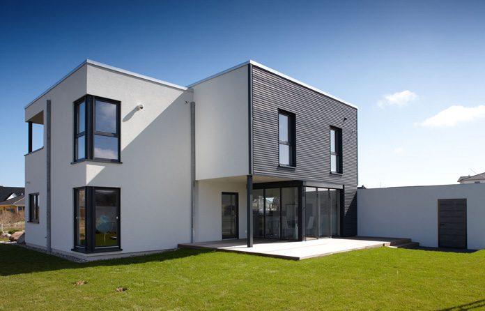 Bauhaus als Vorbild: Modernes Holz-Fertighaus mit geradliniger Formensprache. (Foto: FingerHaus)
