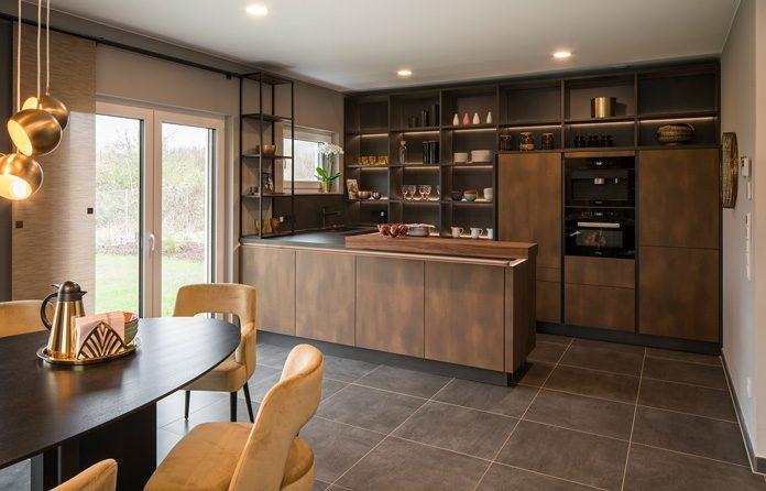 Küchentrends: Schwarz ist das neue Weiß. Im eleganten Küchendesign häufig in Kombination mit warmen Metallfarben oder Zierelementen. (Foto: FingerHaus)