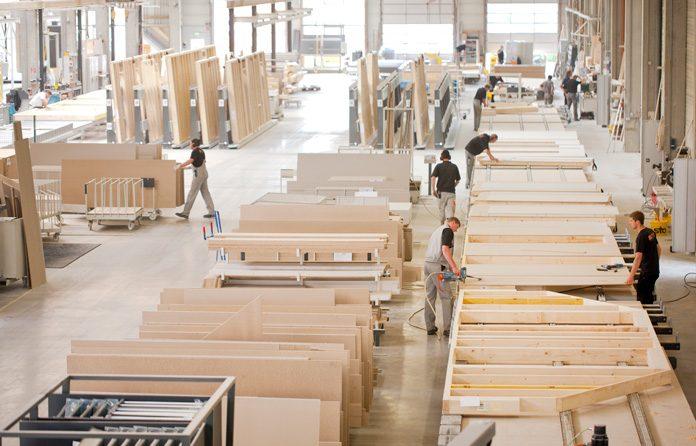 Computergestützte Maschinen machen die industrielle Vorfertigung von Holz-Fertighäusern möglich. (Foto: FingerHaus)