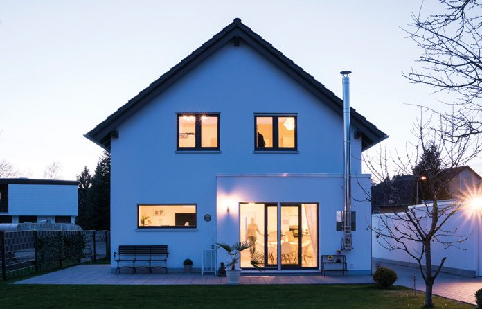 Das Traumhaus NEO bietet auch die Möglichkeit, an unterschiedlichen Stellen des Hauses Erker oder Giebel anzubringen. Die Tegges entschieden sich für einen Flachdacherker im Anschluss an den Wohnbereich. (Foto: FingerHaus)