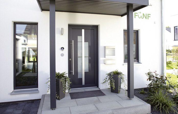 Haustür und Fenster in der Trendfarbe Anthrazit verleihen dem Haus einen modernen Look. (Foto: FingerHaus)