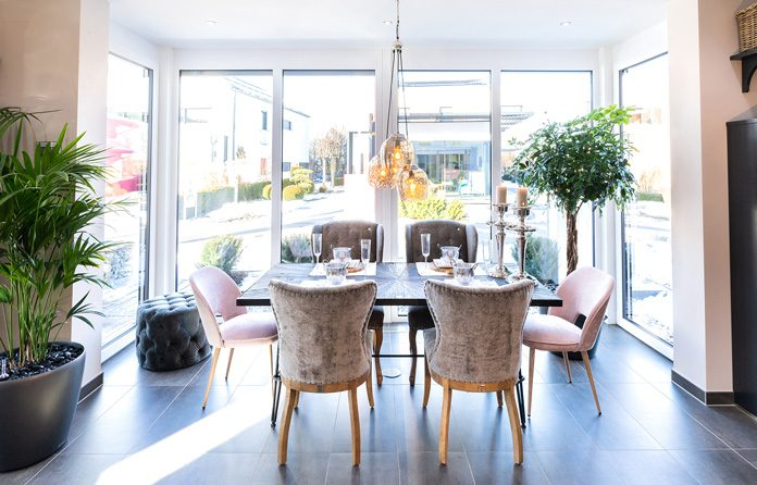 Große Fensterflächen und Wintergärten bringen mehr Licht ins Haus. (Foto: FingerHaus)