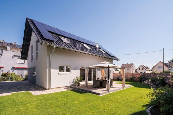 Familienhaus:Stromkosten senken leichtgemacht: Die Photovoltaikanlage ist mit einer Speicherbatterie im Hauswirtschaftsraum verbunden. So gibt es mit geladener Batterie selbst bei bedecktem Himmel Strom vom eigenen Dach.