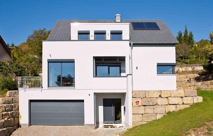 Architektenhaus in Hanglage in Holz-Fertigbauweise. (Foto: FingerHaus)