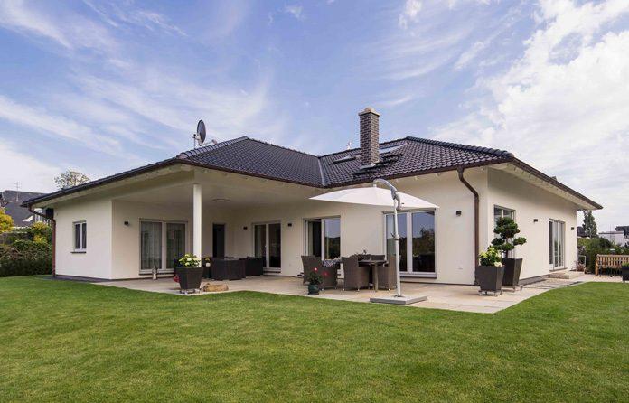 Winkelbungalow mit großzügiger Terrasse und windgeschützter Sitzecke. (Foto: FingerHaus)