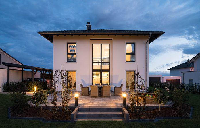 Stadtvilla BRAVUR - Bodentiefe Zimmerfenster und ein geschossübergreifendes zentrales Fensterband zur Gartenseite hin fangen tagsüber viel Licht ein und bieten schöne Sicht nach draußen. (Foto: FingerHaus)