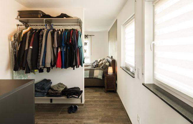 Die begehbare Ankleide verbindet das Elternschlafzimmer (im Hintergrund) mit dem Dusch-Bad-WC. (Foto: FingerHaus)