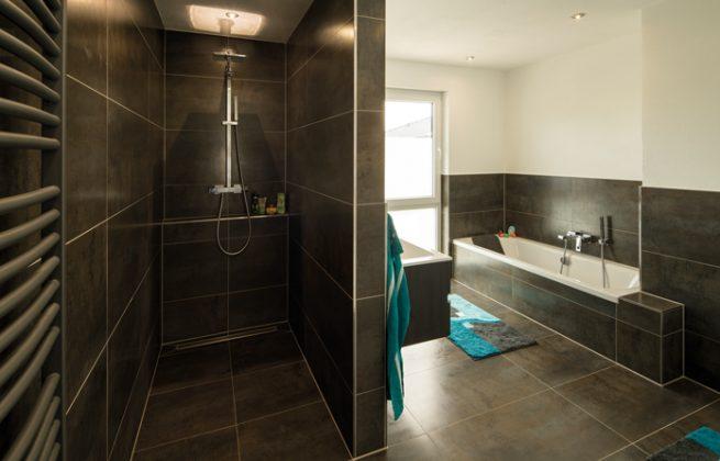 """Kein Stress in der """"Rush Hour"""": Zusätzlich zu diesem großen Bad mit Dusche, Wanne, Doppelwaschtisch und WC gibt es ein weiteres Duschbad mit WC im Obergeschoss. (Foto: FingerHaus)"""