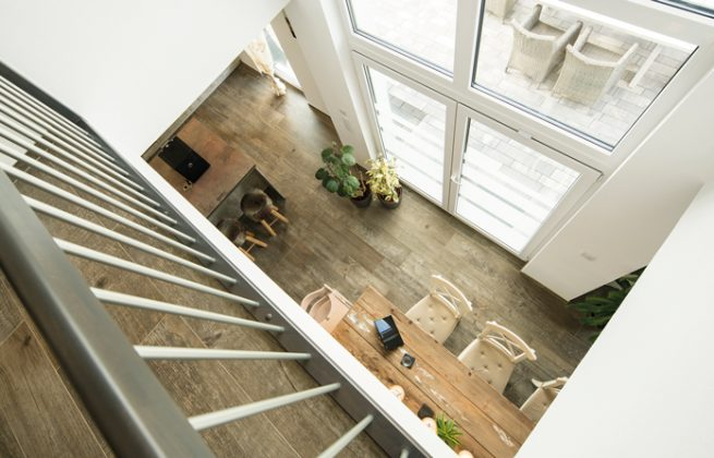 Die Galerie bietet eine interessante Perspektive nach unten und lässt viel Licht in den oberen Flur. (Foto: FingerHaus)