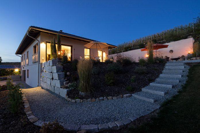 Mediterranes Flair: Das Finger-Haus in einer kleinen Gemeinde in Niederbayern erinnert an ein südfranzösisches Landhaus. (Foto: FingerHaus)