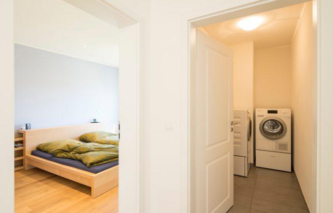 Für die Wäsche muss keiner in den Keller. Die eingesparten Wege erleichtern den Alltag mit kleinen Kindern enorm. (Foto: FingerHaus)