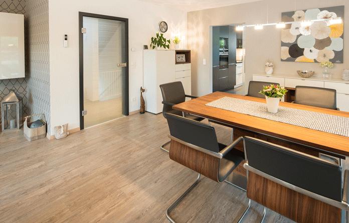 Parkett und Fußbodenheizung: Ein warmer Holzboden – mehr Gemütlichkeit geht kaum. (Foto: FingerHaus)