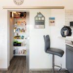 Eine der vielen praktischen Lösungen des Hauses ist die Speisekammer, die mit einer Schiebetür von der Küche abgetrennt ist. (Foto: FingerHaus)