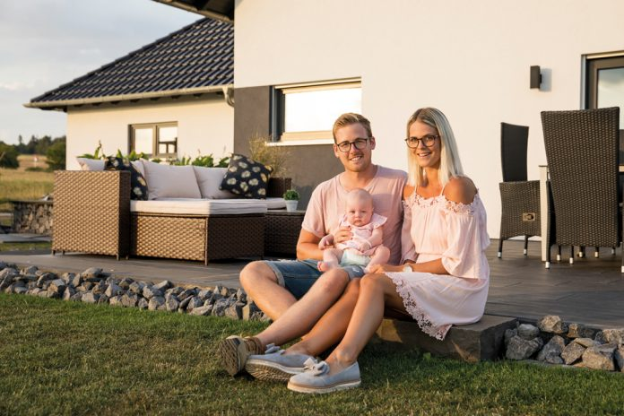 Finger-Haus gebaut, Familie gegründet: Laurine, Dennis und Emmalou Brussmann genießen den ersten Sommer zu dritt im eigenen Garten. (Foto: FingerHaus)