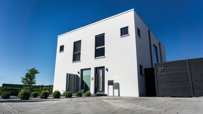 Bauhausstil - Das Haus von Mareike und Florian Schreiber gleicht einem Würfel. (Foto: FingerHaus)