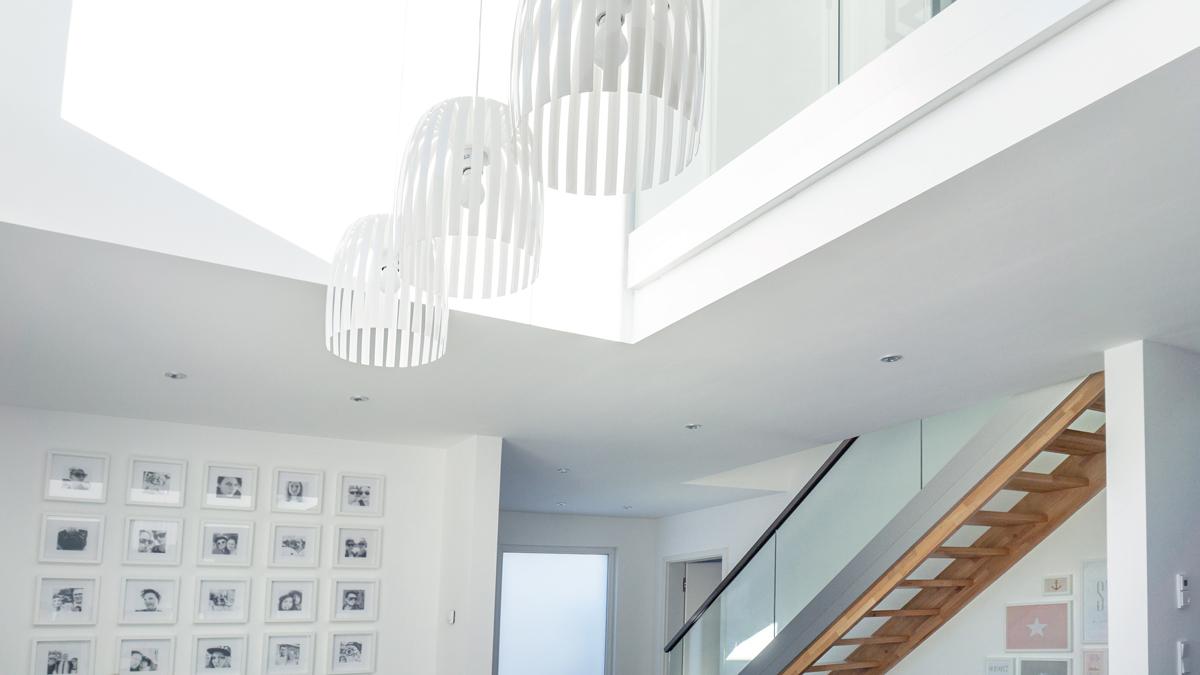 Ein Haus in Grau und Weiß - und im Bauhausstil ...