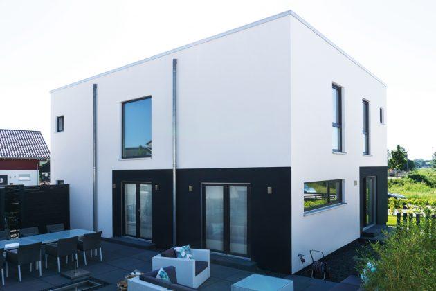Gut platziert: Von der Straße aus ist die Terrasse nicht zu sehen. Im Sommer wird dieser Bereich zum zweiten Wohnzimmer. (Foto: FingerHaus)