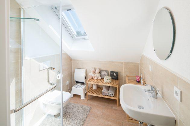 Kinderduschbad: Wenn die Mädchen größer sind, wird das eigene Bad den Start in den Tag enorm erleichtern. Das Dachfenster lässt sich per Rollo verdunkeln. (Foto FingerHaus)