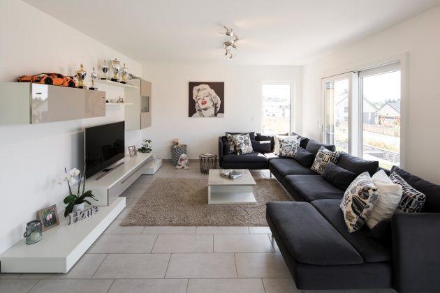 Familiensofa: Die edle Wohnwand war Liebe auf den ersten Blick. Den Farbton greift der Teppich wieder auf, die dunkelgrauen Sitzpolster liefern einen tollen Kontrast dazu. (Foto: FingerHaus)