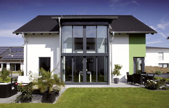Große Fensterflächen sorgen für Helligkeit und ein tolles Naturkino. (Foto: FingerHaus)
