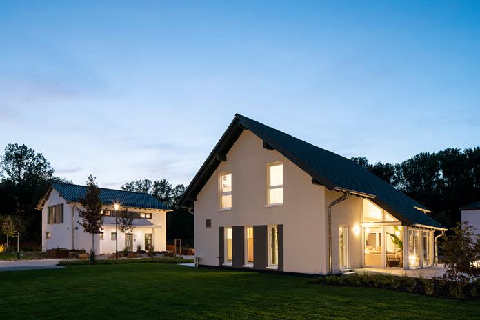 Bauherren besonders energieeffizienter Fertighäuser profitieren vom Klimaschutzpaket des Bundes. (Foto: FingerHaus)