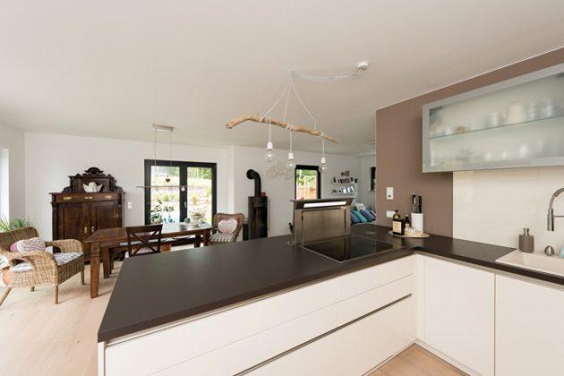 ... geht direkt in die offene Küche mit Kochinsel über. (Foto: FingerHaus)