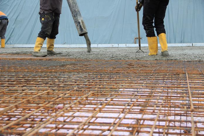 Jede Bodenplatte erfordert individuelle Maßnahmen und Planungen, um viele Jahrzehnte lang ein sicheres Fundament zu sein. (Foto: FingerHaus)