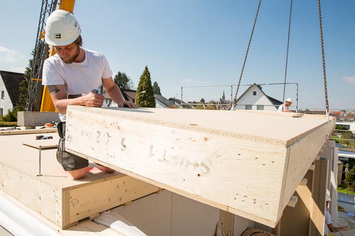 Die Holz-Tafelbauweise ist die gängigste Art, Fertighäuser zu bauen. (Foto: FingerHaus)