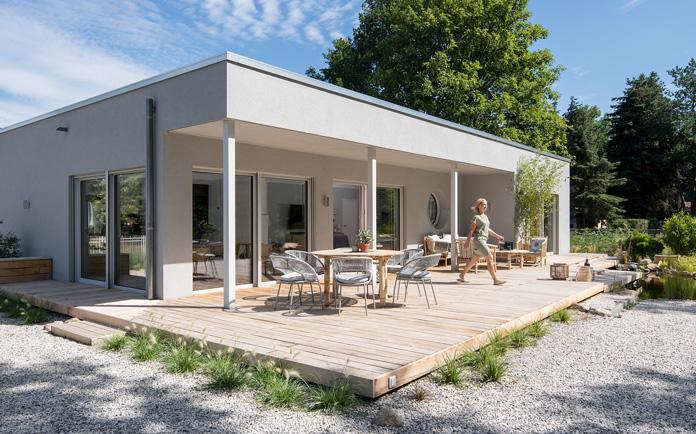 Bauherren-Interview: So einzigartig wie die Lehmanns ist auch ihr neues Zuhause: Im Bungalow NIVO 140 von FingerHaus mit 140 m² Wohnfläche haben sie ihre ganz persönlichen Visionen vom Wohnen verwirklicht. (Foto: FingerHaus)
