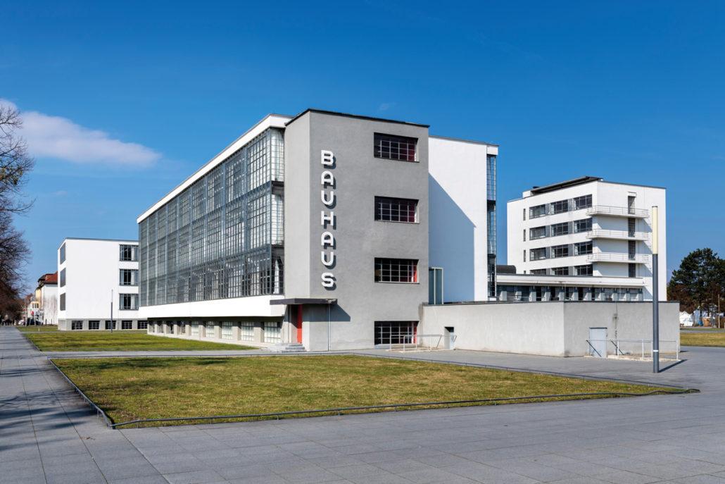 Vertreter der Design- und Architekturschule BAUHAUS in Dessau beeinflussten die Entwicklung des modernen Holz-Fertigbaus in Deutschland maßgeblich.