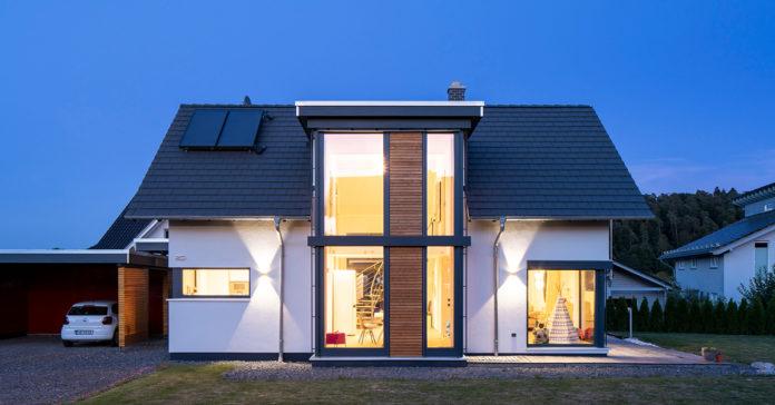 Große Fensterflächen bringen mehr Licht ins Haus. (Foto: FingerHaus)