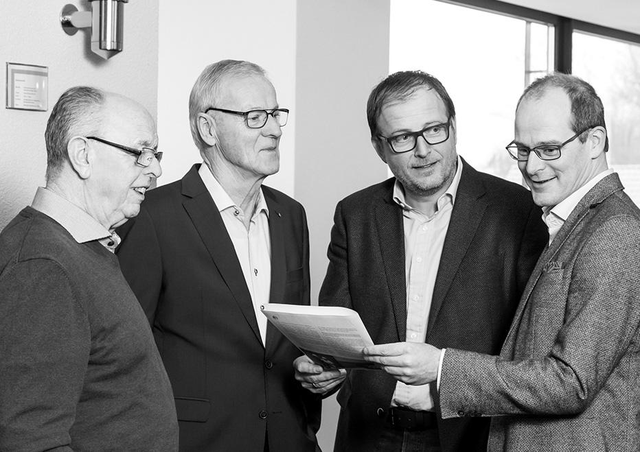 Treffen der Generationen: Die ehemaligen und die aktuellen Geschäftsführer von FingerHaus. (Foto: FingerHaus)