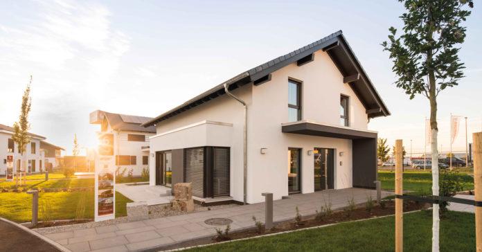 Musterhäuser geben Bauinteressierten hilfreiche Anregungen, sind aber nur Beispiellösungen der individuellen Holz-Fertigbauweise. (Foto: FingerHaus, Musterhaus NEO in Günzburg)