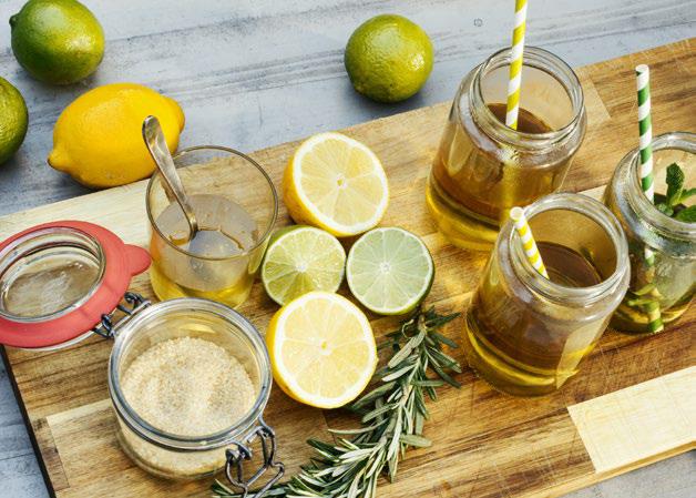 6 große Zitronen, 1 ½ EL Zucker zum Karamellisieren, 3 EL Honig, 750 ml Wasser, Eiswürfel