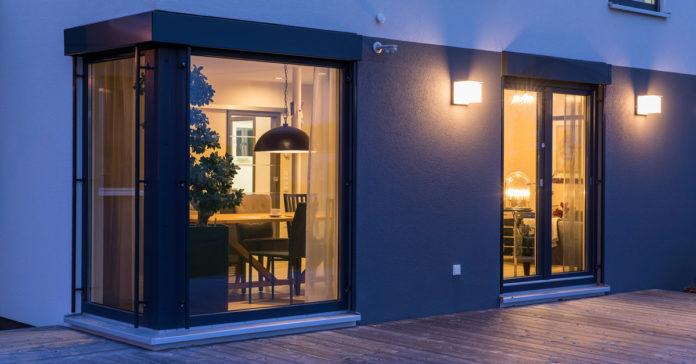 """""""Ein wohngesundes Zuhause sollte heute immer auch große Fensterflächen besitzen."""" (Foto: FingerHaus)"""