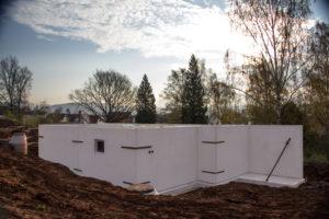 Solider Beton, bei Bedarf auch wasserundurchlässiger, bildet die Basis für das Untergeschoss des Hauses. Bezüglich der Maße und der Ausführung werden Keller und Haus exakt aufeinander abgestimmt. (Foto: FingerHaus)