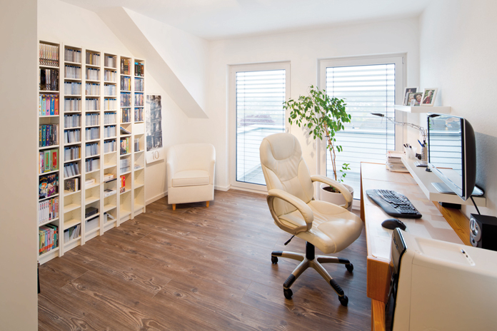 Ein Zusatzzimmer kann für viele Zwecke genutzt werden – zum Beispiel als HomeOffice. (Foto: FingerHaus)