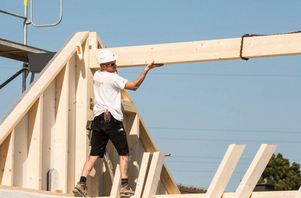 Beim Errichten des Dachstuhls zeigt sich die Zimmermannskunst. (Foto: FingerHaus)