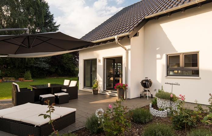 Erker und Gauben können den Neubau optisch aufwerten und erweitern den Wohnraum. (Foto: FingerHaus)